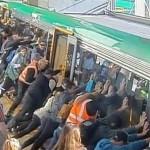 Чтобы вытащить застрявшего мужчину, пассажиры наклонили вагон