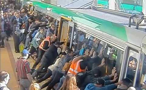 Пассажири наклонили вагон